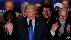 """도널드 트럼프 미 공화당 대통령 후보가 16일 워싱턴의 트럼프 인터내셔널 호텔에서 연설을 통해 """"오바마 대통령이 미국에서 태어난 사실을 확인했다""""고 밝히고 있다."""