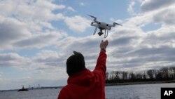 無人機操作員吉奧凱雷斯2018年4月29號在紐約哈爾特島回收拍攝圖片的無人機