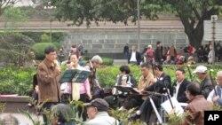 重庆市民在人民广场唱歌
