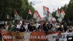 Dân Hungary xuống đường biểu tình phản đối chính sách kinh tế của chính phủ, bao gồm việc tăng thuế và các biện pháp thắt lưng buộc bụng khác ở Budapest, ngày 12/5/2012