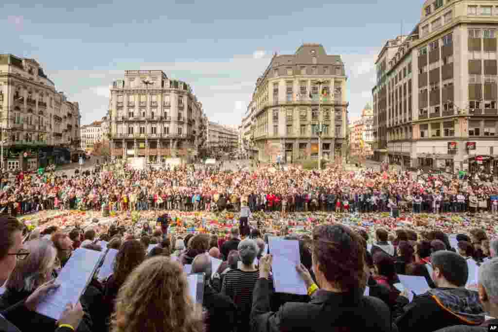ده ها خواننده حرفه ای و مردم عادی، آهنگ های بلژیکی را در یکی از یادبود های کشته های حملات تروریستی می خوانند. در مواجهه با این حملات، مردم در فرانسه یا اروپا، اینگونه همبستگی خود را نشان می دهند.