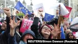 영국의 브렉시트 반대 지지자들이 19일 브렉시트 합의안 표결을 하원이 보류했다는 소식에 환호하고 있다.
