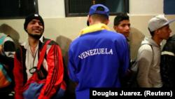 Migrantes venezolanos esperan en la frontera entre Perú y Ecuador, en Tumbes. 25 de agosto 2018.
