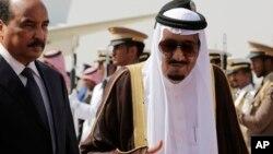Le roi Salman d'Arabie saoudite reçoit le président de la Mauritanie, Mohamed Ould Abdel Aziz, à l'arrivée de ce dernier pour le sommet des dirigeants arabes et sud-américains à Riyad, en Arabie Saoudite, 10 novembre 2015.