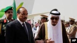 Le roi Salmane d'Arabie saoudite reçoit le président de la Mauritanie, Mohamed Ould Abdel Aziz, à l'arrivée de ce dernier pour le sommet des dirigeants arabes et sud-américains à Riyad, en Arabie Saoudite, 10 novembre 2015.