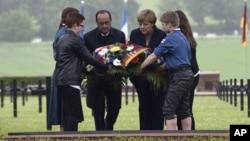 프랑수아 올랑드 프랑스 대통령(가운데 왼쪽)과 앙겔라 메르켈 독일 총리(가운데 오른쪽)가 29일 베르됭 전쟁터에 마련된 군 묘지에서 헌화하고 있다.