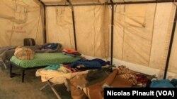 Un centre de la Croix Rouge italienne reçoit des migrants secourus en Méditerranée à Rome (Nicolas Pinault/VOA).