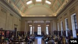 哈佛大学威德纳图书馆参考资料阅览室(资料照片)