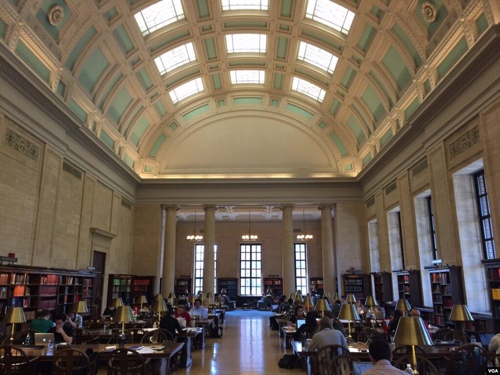 """哈佛大学威德纳图书馆参考资料阅览室(资料照)。不久前慈航基金会宣布资助哈佛大学在其新的科学和工程校区修建设施。 7月24日,海航发言人宣布,该集团在纽约新建的""""海南慈航慈善基金会""""已经成为海航最大股东,拥有29.5%的海航股份。目前在网络上查不到这家基金会的地址和联络办法。记者向海航集团的新闻发言人发出的查询请求也未得到回应。"""