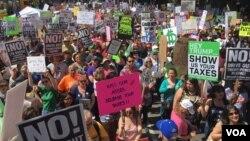 Manifestantes en Los Angeles se unen a las protestas de costa a costa para exigir al presidente Donald Trump que de a conocer su declaración de impuestos. [Foto: Arturo Martínez, VOA].