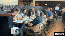 Para pengunjung restoran di Dubai, menikmati sajian di rumah makan tersebut, untuk pertama kalinya mengizinkan restoran beroperasi secara bebas selama jam puasa Ramadan di Dubai, Uni Emirat Arab 3 Mei 2021.