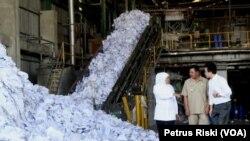 Gubernur Jawa Timur Khofifah Indar Parawansa saat meninjau pabrik kertas di Kabupaten Mojokerto yang akan dibangun Pembangkit Listrik Tenaga Sampah (PLTSa) plastik, di Mojokerto, Juli 2019. (Foto: Petrus Riski/VOA).