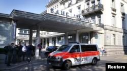 Sebuah mobil polisi melewati hotel Baur au Lac di Zurich, Swiss, 27 Mei lalu setelah penahanan sejumlah pejabat FIFA di hotel ini.
