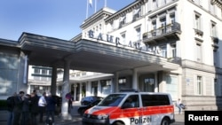 A police van drives past the Baur au Lac hotel in Zurich, Switzerland, May 27, 2015. Six soccer officials were arrested in Zurich on Wednesday and detained pending extradition to the United States over suspected corruption at soccer's governing body FIFA,