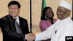 尼日利亚国家石油公司和中国建筑工程总公司的官员在签约后