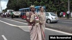 دنیا کے طویل ترین عروسی لباس میں ملبوس دلہن، اپنے دلہا کے ساتھ سری لنکا کے سنٹرل صوبے کے مرکزی شہر کنیڈی کی ایک اہم شاہرہ پر۔۔ 20 ستمبر 2017