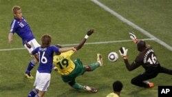 카메룬과의 경기에서 골을 성공시키는 일본(푸른색 상의) 선수들