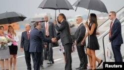Menlu Kuba Bruno Rodriguez (kiri) menyalami Presiden AS Barack Obama saat tiba di bandara Jose Marti di Havana, Kuba, Minggu siang (20/3).