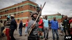 Des Zoulous manifestent contre des immigrants étrangers devant un hôtel dans le district de Jeppestown, Johannesburg, Afrique du Sud, vendredi 17 avril, 2015.