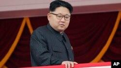 북한 김정은 국무위원장이 지난 5월 평양 김일성광장에서 열린 열병식을 주석단에서 내려다보고 있다.
