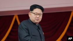 ຜູ້ນຳ ເກົາຫຼີເໜືອ ທ່ານ Kim Jong Un ຢືນຊົມການເດີນສວນສະໜາມຈາກລະບຽງ ທີ່ຈະຕຸລັດ Kim Il Sung ໃນນະຄອນຫຼວງ ພຽງຢາງ.