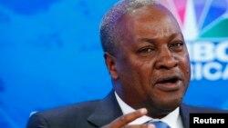 A Ouagadougou, le président du Ghana, John Dramani Mahama, a évoqué une période de transition d'un an, aboutissant à des élections en novembre 2015 (Reuters)