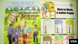 "Kenyan elections posters discussed during an IEBC politician education forum in Mombasa, Kenya, Feb. 18, 2013."" (Jill Craig/VOA)"