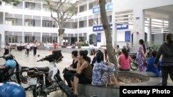 Dư luận Việt Nam xôn xao về việc Bộ GD-ĐT mới đây cấm dạy ngoài sách giáo khoa