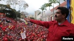 Nicolás Maduro saluda a sus seguidores durante un mitin de trabajadores estatales en Caracas.