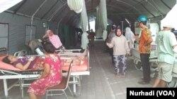 Penanganan pasien korban gempa di RSUD Kota Mataram dalam gempa Lombok 2018. (Foto:VOA/Nurhadi)