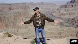 """SHBA: """"Jetman"""" realizoi me sukses një fluturim mbi Kanionin e Madh"""