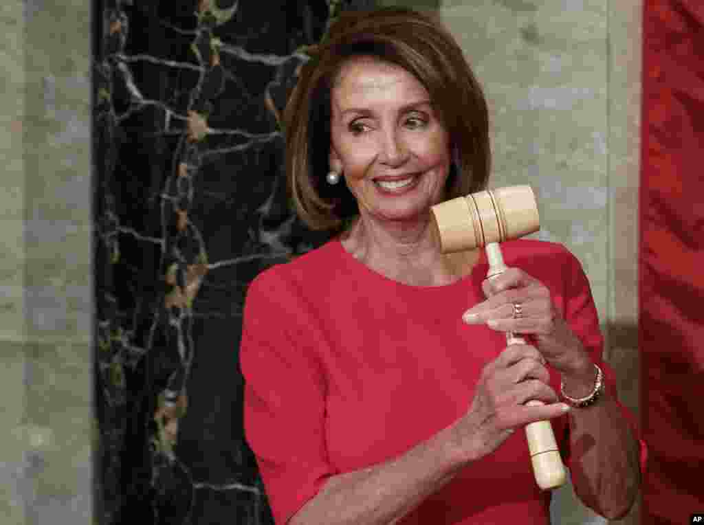 چکش مجلس نمایندگان آمریکا در دست نانسی پلوسی. به طور نمادین رهبر حزب اکثریت، این چکش را در اختیار می گیرد. کوین مک کارتی رهبر جمهوریخواهان که در مجلس جدید آمریکا اقلیت خواهد بود، این چکش را به خانم پلوسی تحویل داد.