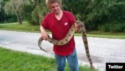 مار بوآیی که در اتاق زیر شیروانی مرد فلوریدایی زندگی می کرد ۶ فوت یعنی نزدیک به ۲ متر طول داشت - عکس از توئیتر WPTV