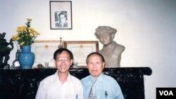 Huy Cận và tác giả chụp ở nhà Huy Cận (1998). (Hình: Tác giả cung cấp)