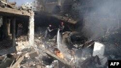 지난달 26일 시리아 다마스쿠스의 공습 피해 지역에서 시민 민방위대 '화이트헬멧' 대원들이 불을 끄고 있다. (자료사진)