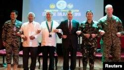 4일 필리핀 퀘손 시티에서 열린 필리핀 군과 미군의 연례 합동군사훈련 개회식에서 필리핀 군과 미군 관계자들이 팔짱을 끼고 있다.