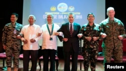 Pejabat militer Filipina dan AS berpose seusai upacara pembukaan latihan militer bersama 2016 di Balikatan Camp Aguinaldo, Quezon city, Manila Filipina (4/4).