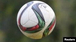 Photo d'un ballon lors d'un match de football à Bujumbura, Burundi, le 20 mai 2015.