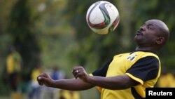 Le président burundais Pierre Nkurunziza contrôle le ballon lors d'un match de football avec ses amis à Bujumbura, au Burundi, le 20 mai 2015.
