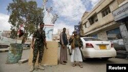 Một chiến binh Houthi tại đồn kiểm tra ở thủ đô Sanaa, Yemen, ngày 18/4/2016.