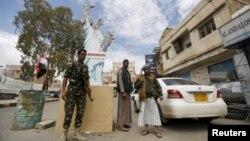 Wanamgambo wa Kihouthi wakilinda kituo cha ukaguzi katika mji mkuu wa Yemen, Sanaa Aprili 18, 2016.