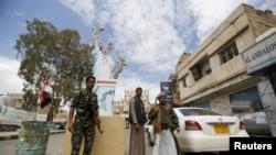 胡塞反政府军战士在也门首都萨那站岗(2016年4月18日)