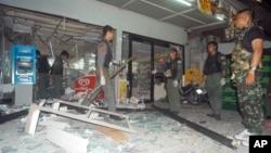 Cảnh sát và binh sĩ Thái đang khám xét hiện trường một vụ nổ bom ở Pattani, miền Nam Thái Lan, ngày 24/5/2014.