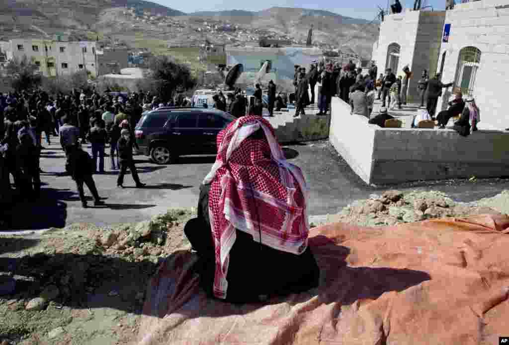 یکی از بستگان معاذالکساسبه، خلبان مقتول اردنی، به جمع قبیله الکساسبه در روستايی در نزدیکی کرک میپيوندد -- ۱۵ بهمن ۱۳۹۳ (۴ فوريه ۲۰۱۵)