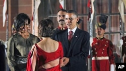 President Barack Obama and first lady Michelle Obama greet Indian guests in a receiving line at a state dinner at Rashtrapati Bhavan in New Delhi, 08 Nov 2010