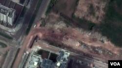La imagen de satélite muestra tanques del ejército en las calles de la ciudad de Homs.