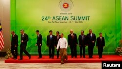 Para pemimpin ASEAN setelah sesi foto bersama pada KTT ASEAN di Naypyidaw, Myanmar (11/5).