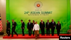 5月11日參加東盟第24次首腦會議的各國外長和代表集體合影後正離開會場。