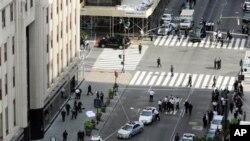 Polisi berjaga di sekitar lokasi kejadian penembakan di luar gedung Empire State, dimana seorang korban yang ditutupi kain tergeletak di trotoar jalan Fifth Avenue, New York, bulan Agustus lalu (Foto: dok). Seorang mahasiswa North Carolina menggajukan gugatan hukum kepada polisi New York terkait insiden tersebut (22/1).