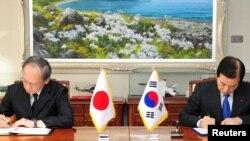 한민구 한국 국방장관(오른쪽)과 나가미네 야스마사 주한일본대사가 지난 23일 서울 용산구 국방부에서 2급이하 군사비밀을 직접 공유하는 군사비밀정보보호협정(GSOMIA)을 체결하고 있다.